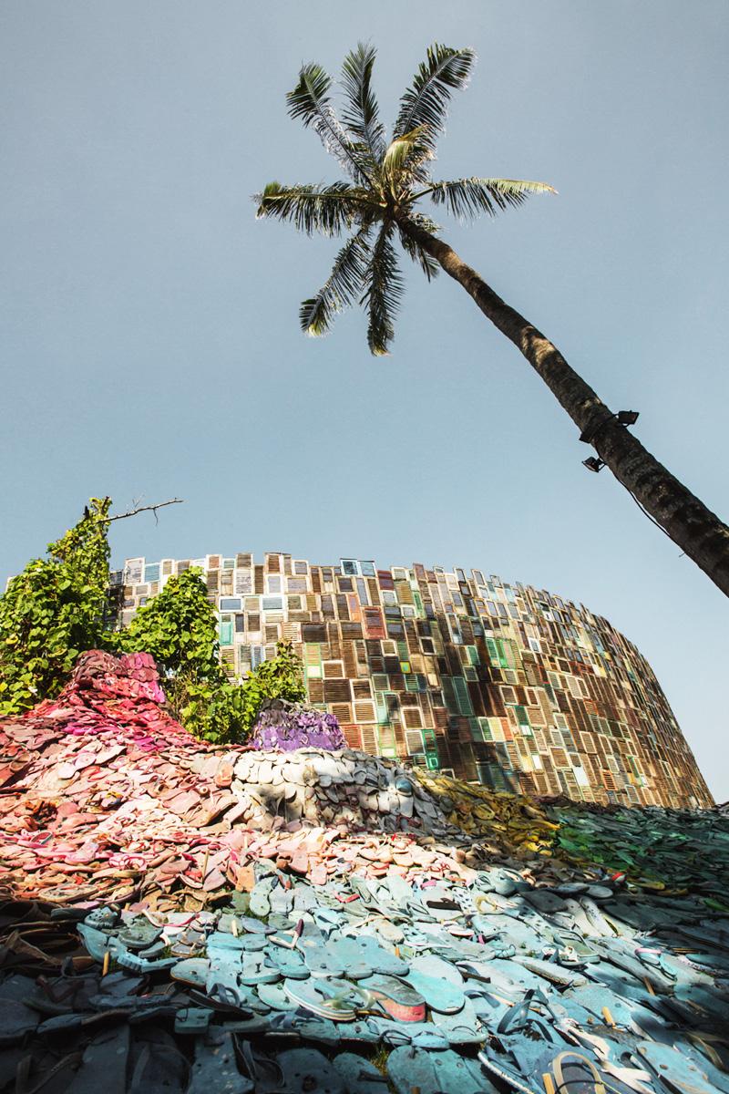 На Бали появилась инсталляция из выброшенных шлепанцев На Бали появилась инсталляция из выброшенных шлепанцев 5000 LOST SOLES 22 IMG 4389