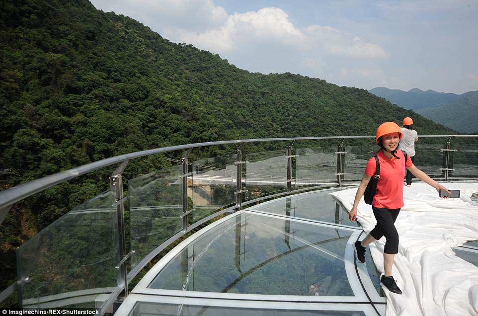 В Китае открыли смотровую площадку для самых смелых В Китае открыли смотровую площадку для самых смелых 4C6517DE00000578 0 image m 37 1526643780912