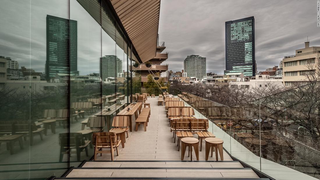 Самый большой Starbucks в мире открылся в Токио 4